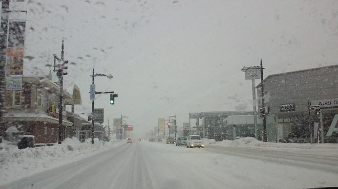 本日は、富山県のお客様への機械搬入日です。  現地に向かう道路は、雪だらけです。幸い搬入時は雪は止んでいましたので何事もなく設置場所まで運べました。  それにしてもすごい雪でした。愛媛県に住む私たちにとっては貴重な体験です。  この時期になると道路の雪かきや屋根の雪おろしは当たり前だそうですが、たいへんな作業だと思います。  今日から一週間、生産立会いまでこちらにお伺いしますが雪道になれていませんので車の運転には充分注意したいと思います。