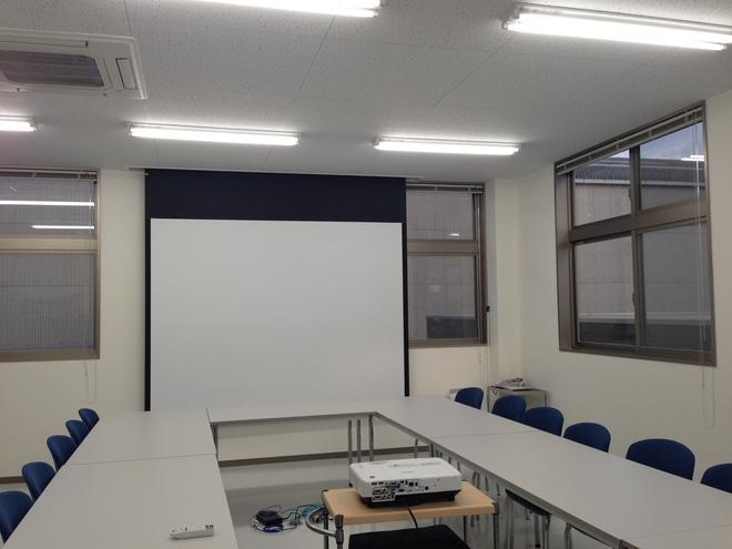 大型スクリーンとプロジェクターを完備。